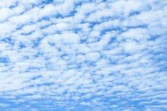 Облака Altocumulus и голубое небо стоковые изображения
