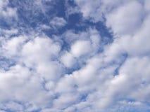 Облака Scatter с голубым небом стоковые фотографии rf