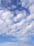 Облака Scatter с голубым небом стоковая фотография rf