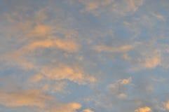 Облака Whispy окрашиванные с цветом стоковые фотографии rf