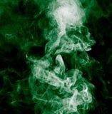 облако абстрактной предпосылки черное горящее произвело большой зеленый ладан как toxic дыма взглядов Стоковые Изображения