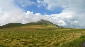 Облако вокруг горы Стоковое фото RF