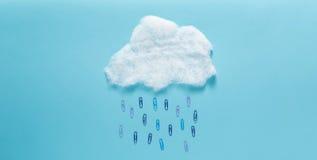 Облако идя дождь концепция бумажных зажимов Стоковое Изображение