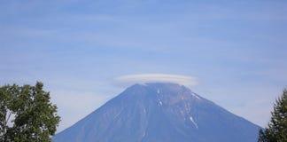 Облако над вулканом Koryak стоковое фото