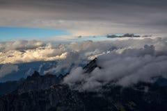 Облако покрыло горы во время захода солнца Стоковая Фотография RF