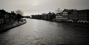 Облако & река с черно-белым Стоковые Фото