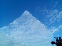 Облако треугольника на солнечный день Стоковая Фотография