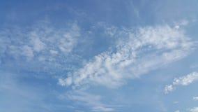 Облако Scatter и голубое небо Стоковое фото RF