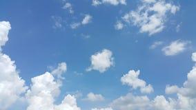 Облако Scatter и очень голубое небо Стоковое Фото