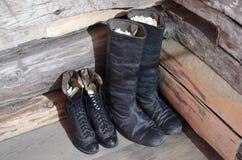 Область Иркутска, Россия - 10-ое мая 2015: 2 пары античных кожаных ботинок Стоковая Фотография