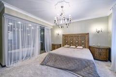 Область России, Москвы - интерьер спальни в роскошном загородном доме Стоковое Изображение