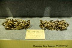 Область Chaozhou во время династии Qing с ценными породами дерева сделала вызванное резное изображение золота, углом цветка пиона Стоковое Фото