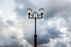 Облачное небо вечера уличного фонаря Стоковое Изображение RF