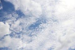 Облачное небо в полдень дня стоковая фотография rf