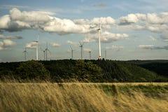 Облачное небо Германия Eifel ветрянок генератора энергии ветра Стоковое Изображение