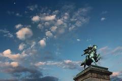 Облачное небо и статуя Kusunoki Masashige, имперского дворца внутри Стоковое Изображение RF