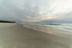 Облачное небо на пляже Tasmnia Стоковая Фотография