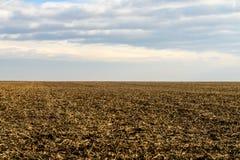 Облачное небо над сжатой землей Стоковые Фотографии RF