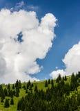 Облачное небо над холмом Стоковое Изображение