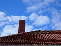 Облачное небо сини руда красной каменной печной трубы красное крыть черепицей черепицей Стоковое Изображение