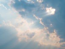 Облачное небо с солнечностью после ненастного Стоковое Изображение RF