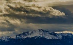 Облачный покров над пиком щук, CO Стоковые Изображения
