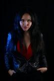 Обложка книги для романа вампира - молодая женщина нося кожаную куртку Стоковая Фотография RF