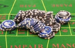 Обломоки казино на таблице игры войлока зеленого цвета Стоковая Фотография RF