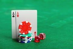 Обломоки, кость и карточки покера казино Стоковые Изображения
