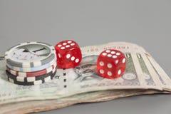 Обломоки покера кончают красный цвет dices на индийских бумажных деньгах рупии валюты Стоковая Фотография