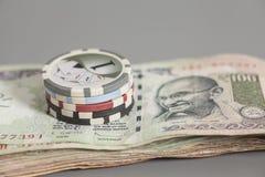 Обломоки покера на индийских бумажных деньгах рупии валюты Стоковые Изображения