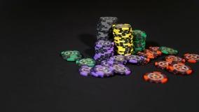 Обломоки покера на черной таблице сток-видео