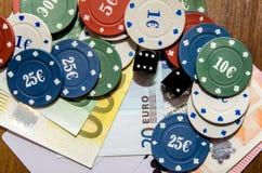 Обломоки покера с играя карточкой и евро Стоковые Фотографии RF