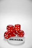 Обломоки покера с красным цветом dices и кнопка торговца Стоковое Изображение RF