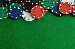 Обломоки покера формируя borde с зеленой предпосылкой стоковые изображения