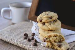 Обломоки шоколада печений с кофе и черной доской на джуте, завтраке, свежем утре Стоковые Фото