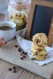 Обломоки шоколада печений с кофе и черной доской на джуте, завтраке, свежем утре Стоковые Изображения