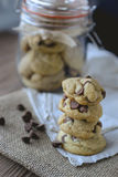 Обломоки шоколада печений с кофе и черной доской на джуте, завтраке, свежем утре Стоковая Фотография