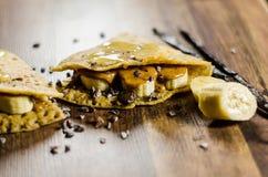 Обломоки Choco острословия блинчиков банана на таблице Стоковые Изображения RF