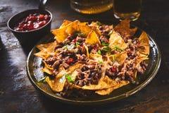 Обломоки Tortilla гарнированные с cilantro и говядиной стоковое фото