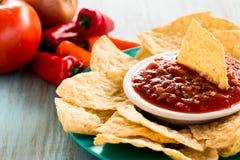 Обломоки Tortilla с сальсой и овощами в предпосылке Стоковые Фотографии RF