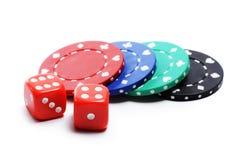 Обломок покера и красные кубики на белой предпосылке стоковое изображение rf