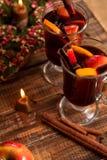 Обдумыванная свеча вина близко с плодоовощами и специями на деревянном столе Рождество Ингридиенты рецепта питья зимы грея вокруг Стоковая Фотография RF