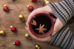 Обдумыванное вино в женских руках Стоковые Изображения