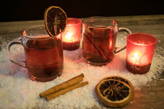 Обдумыванное вино в снеге светом горящей свечи Стоковые Фотографии RF