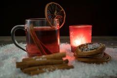 Обдумыванное вино в снеге светом горящей свечи Стоковое фото RF