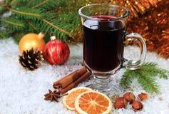 Обдумыванное вино в снеге стоковые фотографии rf