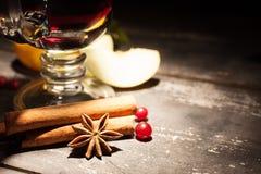 Обдумыванное вино на черной предпосылке Стоковое Изображение