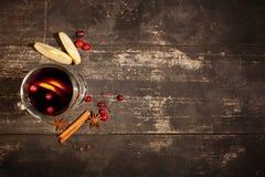 Обдумыванное вино на черной предпосылке Стоковая Фотография RF