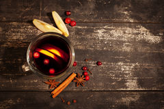 Обдумыванное вино на черной предпосылке Стоковые Фото